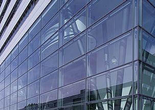 Rozwiązania dla fasad osłonowych szklanych i systemowych