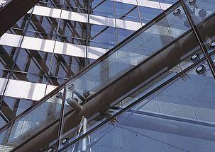 Megoldások üveg- és rendszerhomlokzatokhoz